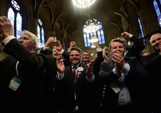 أعضاء حزب استقلال المملكة المتحدة بعد إعلان نتائج الاستفتاء حول خروج بريطانيا من الاتحاد الأوروبي