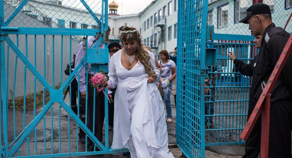 عروسان خلال تواجدهما في سجن رقم 6 بأومسك، روسيا.