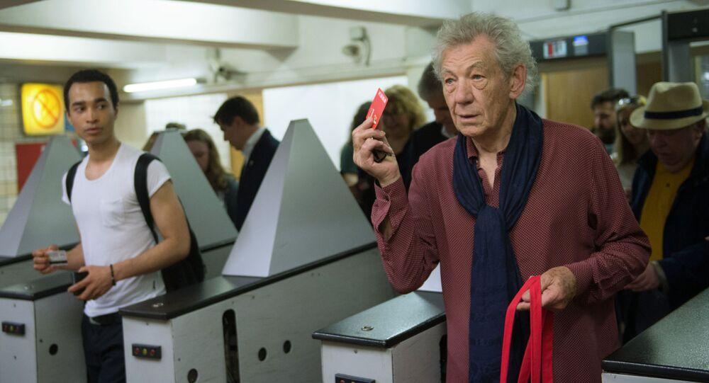 الممثل البريطاني إيان ماكيلين خلال زيارته لمدينة موسكو، بمحطة الميترو في موسكو.