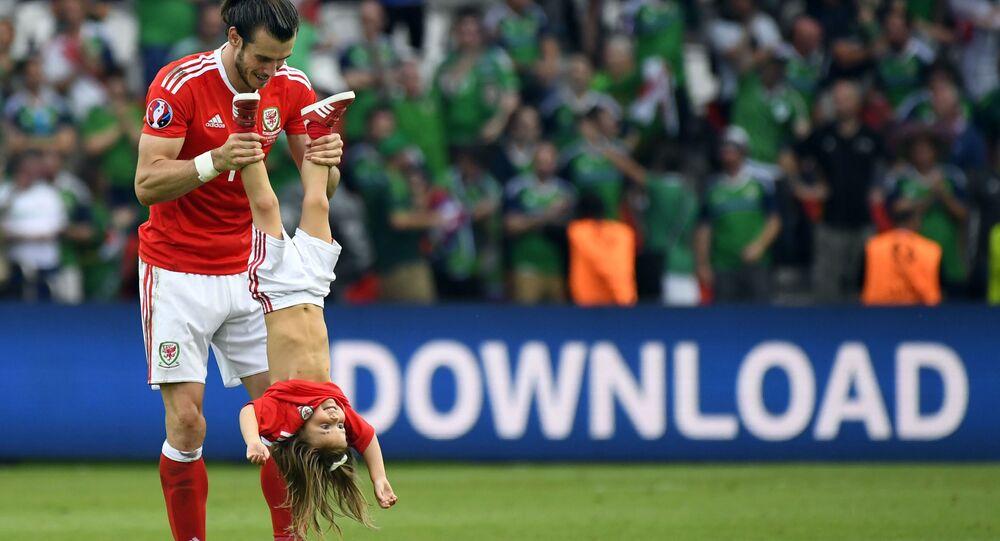 جاريث بيل مهاجم المنتخب الويلزي وهو يلعب مع ابنته