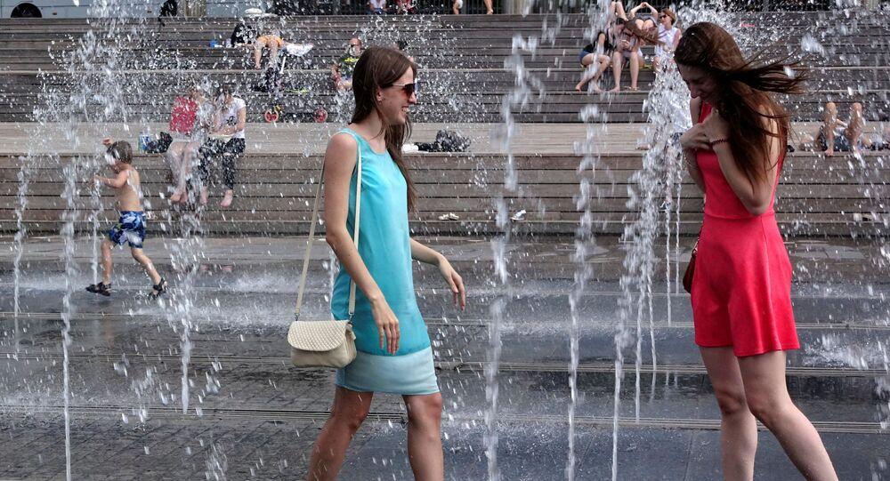 فتيات فى موسكو خلال يوم حار