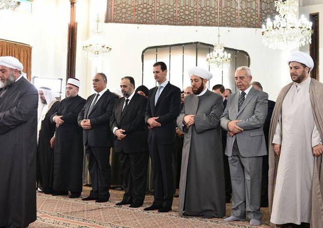 الأسد يؤدي صلاة العيد (صورة أرشيفية)