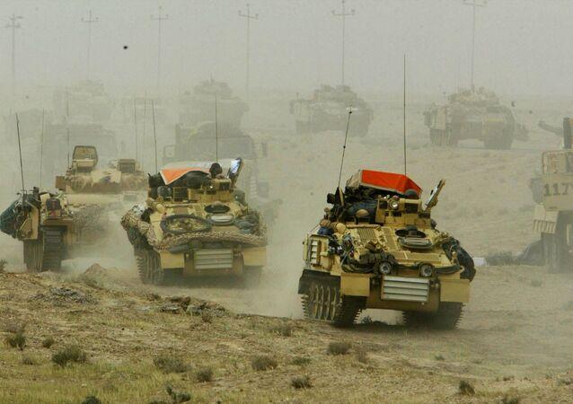 قافلة مدرعات بريطانية تتحرك في جنوب العراق 22 آذار/ مارس 2003.