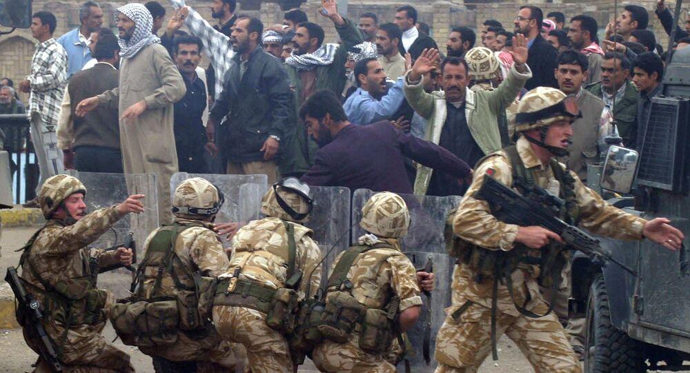 الجيش البريطاني خلال احتجاجات في البصرة، 6 كانون الثاني/ يناير 2004.