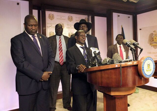 نائب رئيس جنوب السودان الأول رياك مشار والنائب الثاني جيمس واني في مؤتمر صحفي بجوبا