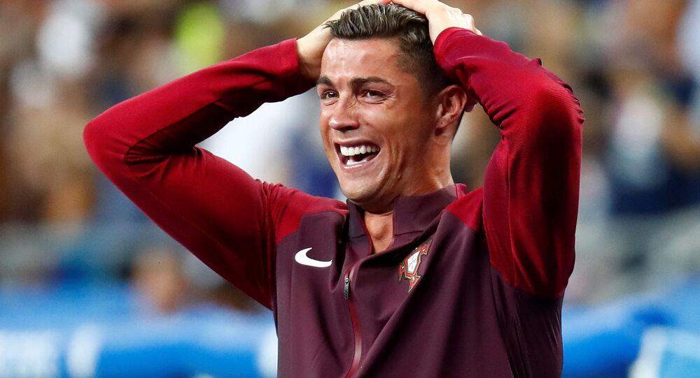 اللاعب البرتغالي كريستيانو رونالدو عندما سجل إيدر الهدف الأول لفريقه البرتغالي في المبارة النهائية في يورو 2016