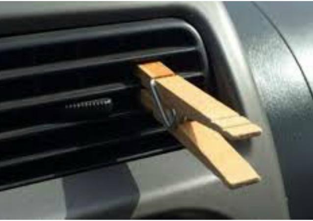 ملقط للغسيل على فتحات المكيف في السيارة