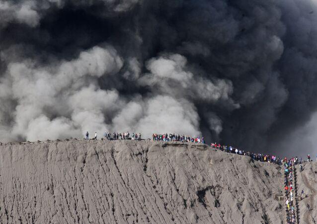 السياح على حافة بركان برومو في إندونيسيا، 12 يوليو: تموز 2016