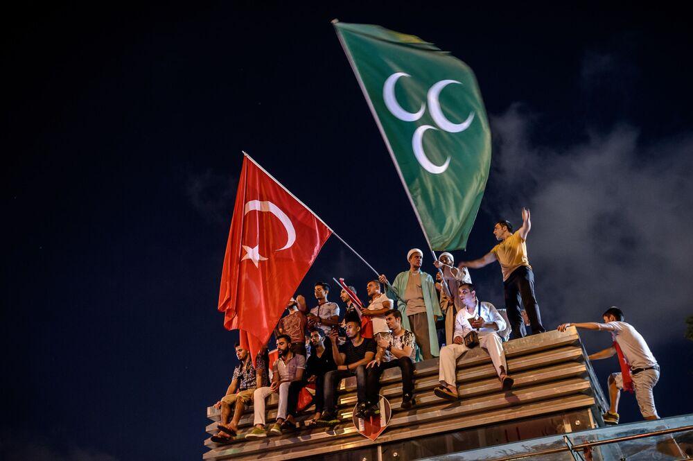 المتظاهرةون الأتراك يحملون أعلام تركيا في اسطنبول