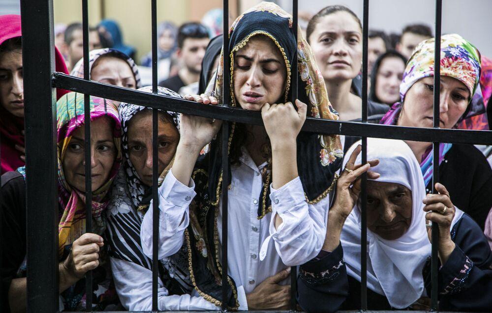 المواطنون الأتراك خلال الجنازة في اسطنبول