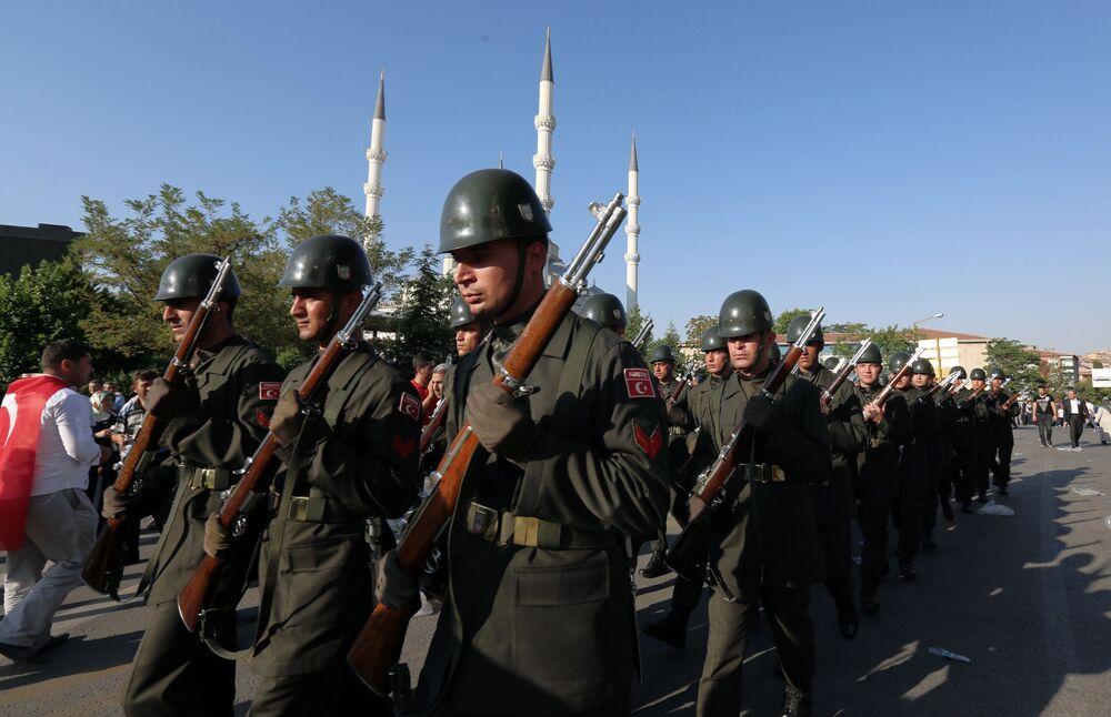 الجنود الأتراك بعد الجنازة في أنقرة