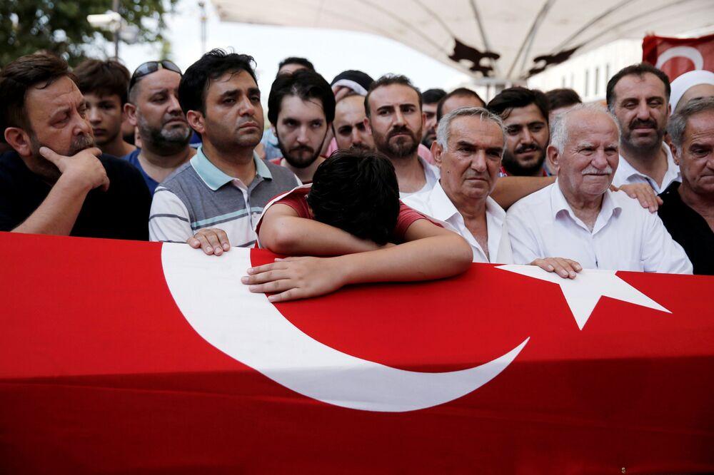 أهالي وأقارب ضحايا محاولة الإنقلاب خلال جنازتهم