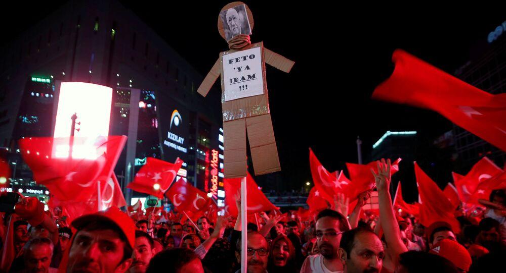 أنصار الرئيس رجب طيب أردوغان خلال المظاهرات في أنقرة