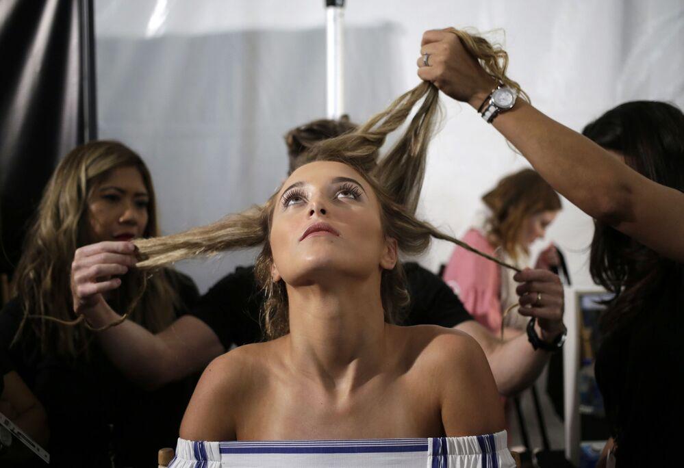عارضة أزياء قبيل عرض أزياء البيكيني الجديدة في ميامي بيتش