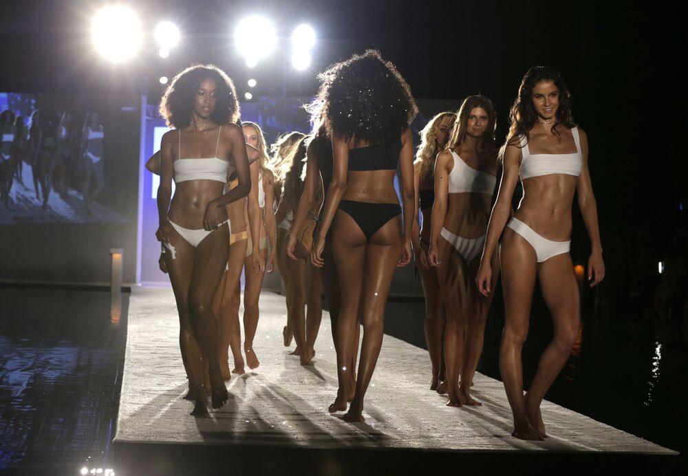 عارضات أزياء خلال عرض أزياء البيكيني الجديدة في ميامي بيتش