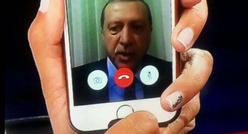 الرئيس التركي رجب طيب إردوغان يخاطب الأتراك من خلال الهاتف في اسطنبول