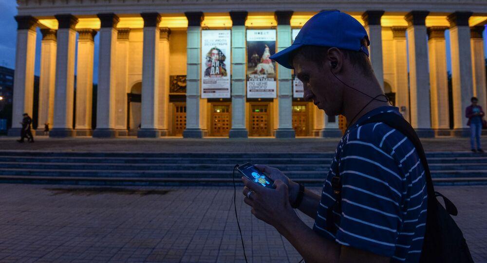 لابعبو لعبة بوكيمون-غو (Pokemon Go) في نوفوسيبيرسك الروسية، 19 يوايو/ تموز 2016.