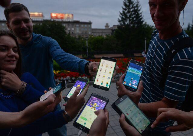 لاعبو لعبة بوكيمون-غو (Pokemon Go) في نوفوسيبيرسك 2016.