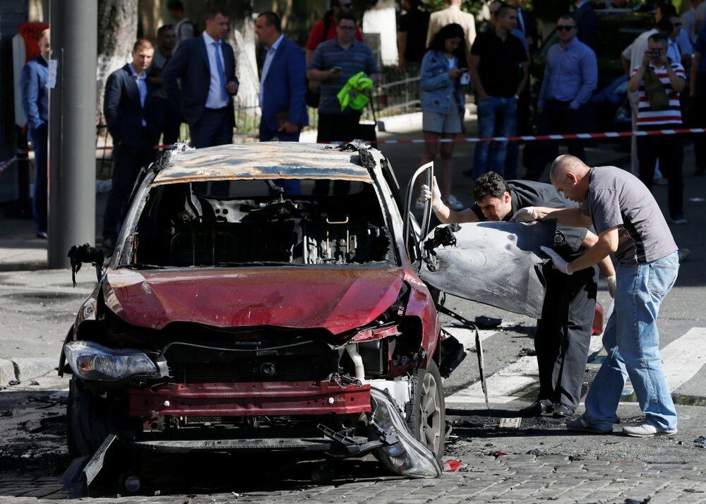 الشرطة في موقع حادثة انفجار السيارة التي كان يركبها الصحفي الروسي بافيل شيميت في مدينة كييف، أوكرانيا 20 يوليو/ تموز 2016