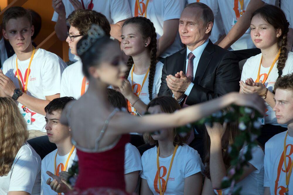 الرئيس الروسي فلاديمير بوتين خلال زيارته لمركز تعليمي سيريوس للأطفال في مدينة سوتشي.