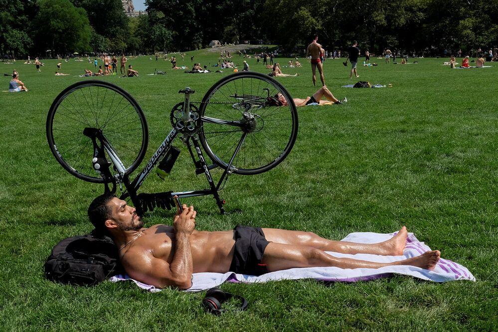 الاستمتاع بحرارة شمس نيويورك، الولايات المتحدة 17 يوليو/ تموز 2016.