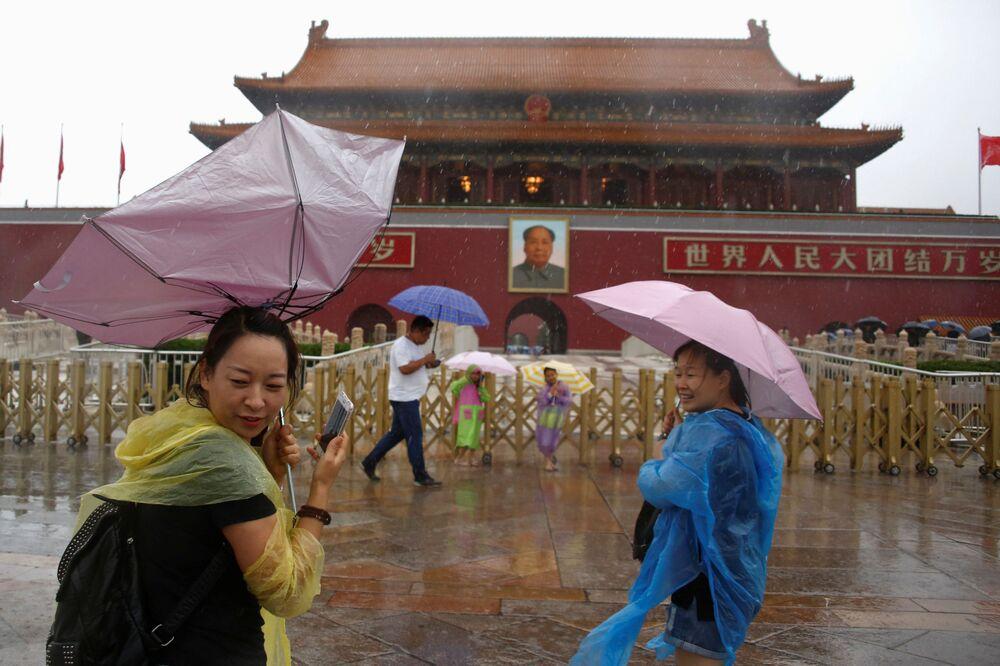 السياح تحت أمطار بكين الغزيرة، الصين 20 يوليو/ تموز 2016