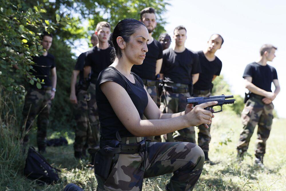 جنود الاحتياط في الدرك (الجندرمة) الفرنسية خلال التدريبات العسكرية، حيث شارك شباب (18-30 عاماً) للالتحاق بالجندرمة الفرنسية والمقررة من 4 إلى 29 يوليو/ تموز 2016 في مخيم كامب دي بينيس.