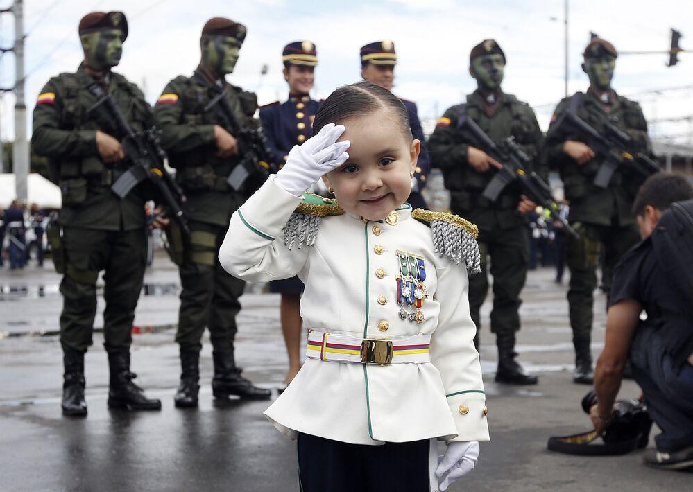 فتاة صغيرة في زي عسكري خلال عرض عسكري في بوغوتا بمناسبة عيد الاستقلال، كولومبيا 20 يوليو/ تموز 2016