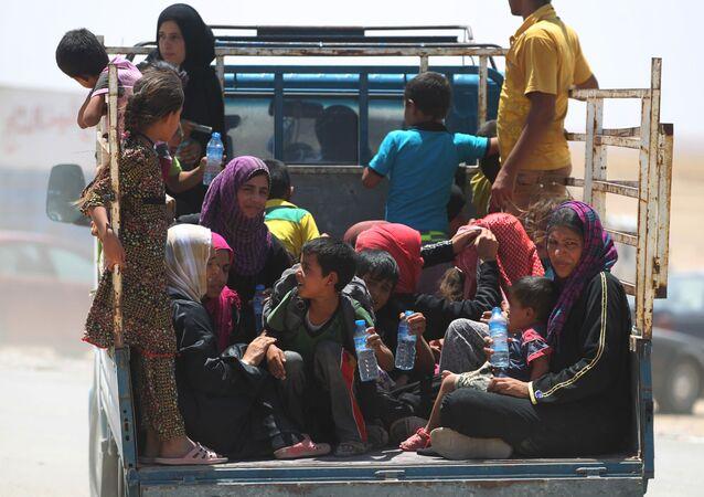 النساء العراقيات وأطفالهن في مخيم للنازحين، الذين تركوا بلدات القيارة والشرقاط، العراق 27 يوليو/ تموز 2016