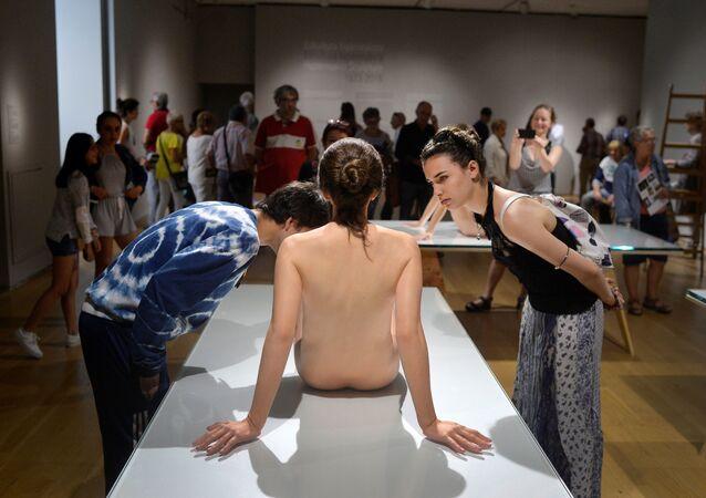 معرض لتماثيل That Girl للفنان الأمريكي باول ماكارثي، اسبانيا، 27 يوليو/ تموز 2016.