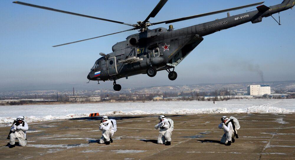 المظليون يهبطون من المروحية مي-8 أ.م.ت.ش خلال التدريبات في حقل التدريب بارانوفسكي في بريموسكي كراي