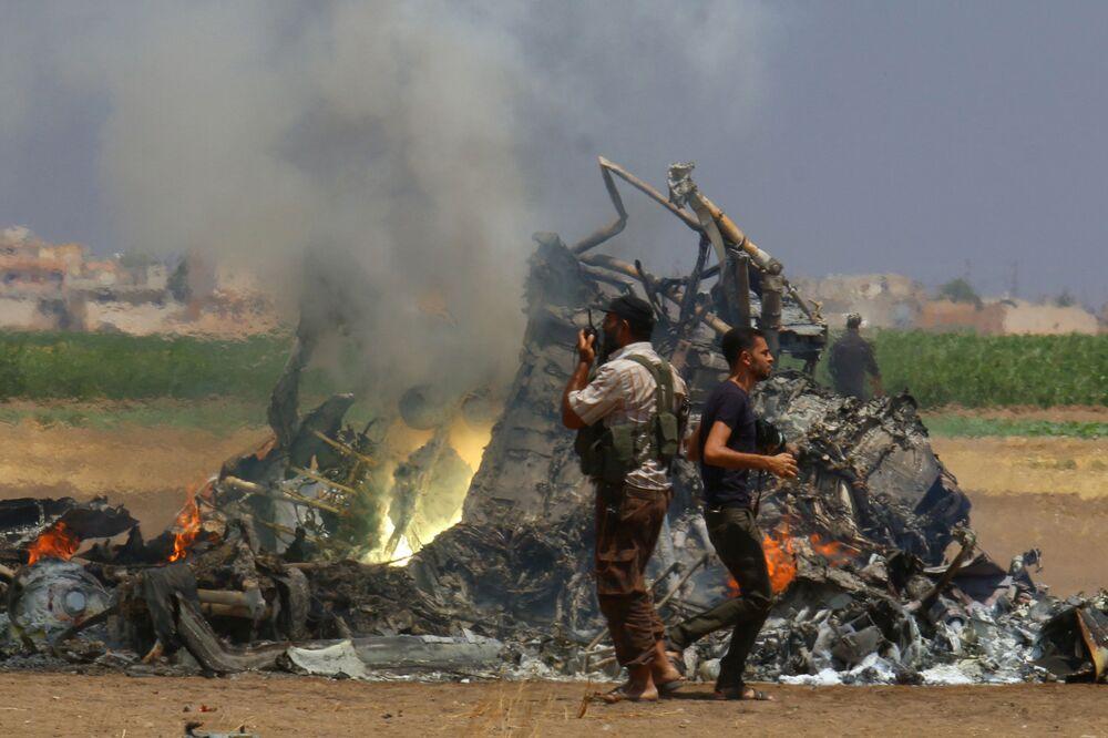 رجال التحقيق عند موقع اسقطا المروحية الروسية ام-8 في إدلب، سوريا 1 أغسطس/ آب 2016