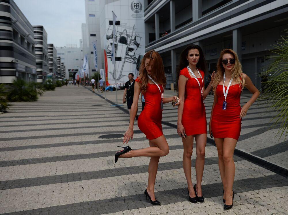 فتيات خلال أيام سباق الفيراري في مدينة سوتشي.