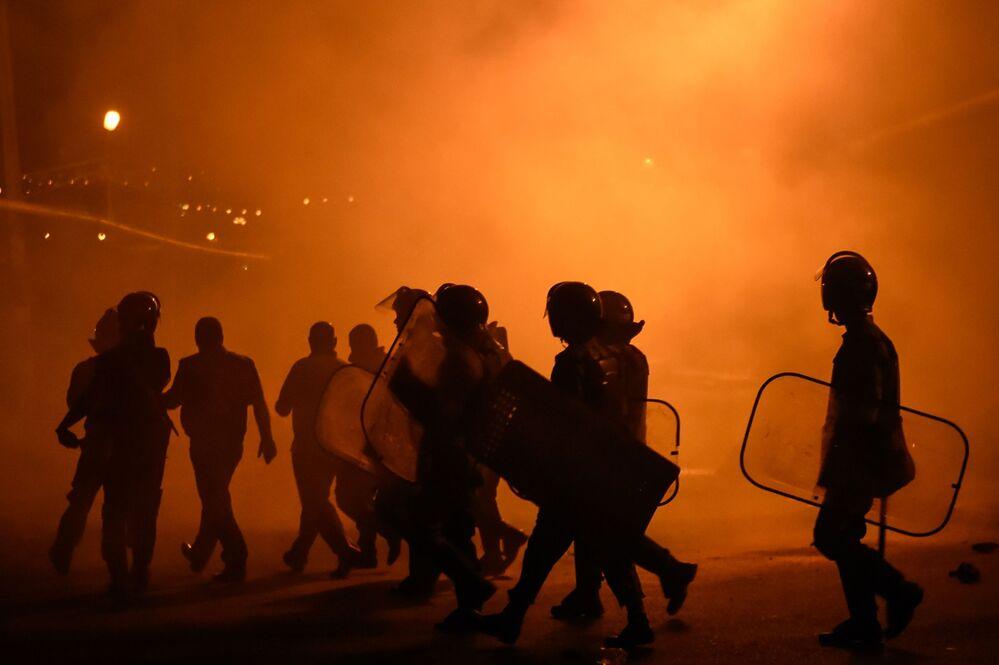 الشرطيون خلال الاشتباكات في مدينة يريفان، أرمينيا