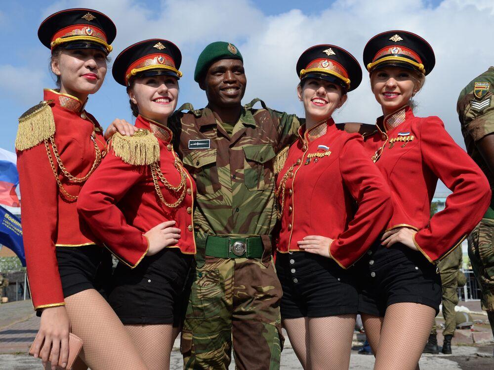 المشاركون في مسابقة أفضل عسكريي الاستطلاع قبيل مراسم افتتاح المسابقة في نوفوسيبيرسك، روسيا
