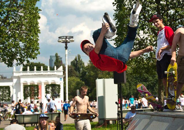 الشباب يمارسون رياضة التزحلق في حديقة مركز معارض عموم روسيا في موسكو