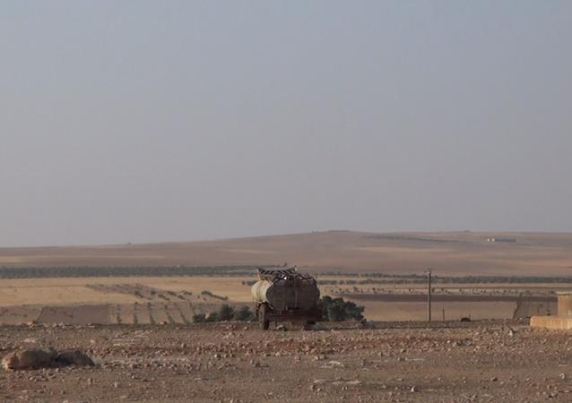 لحظة احتراق معدات ثقيلة لـداعش بعد القصف السوري