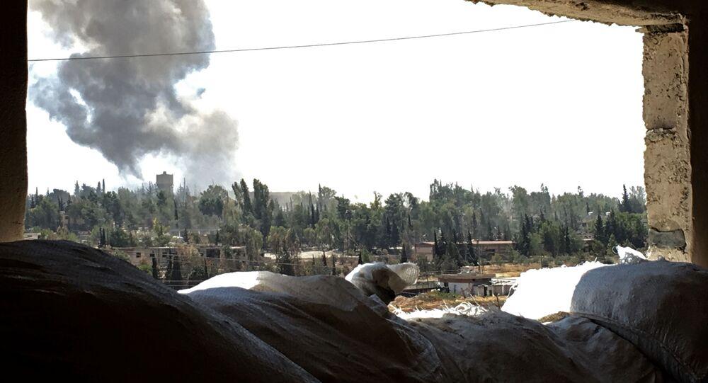 أدخنة تتصاعد فوق الحي الجنوبي السوري راموسة بمدينة حلب