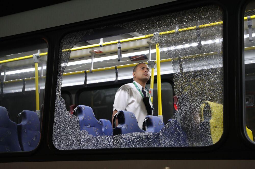 زجاج نوافذ الحافلة المكسرة بعد محاولة تنفيذ عمل إرهابي في ريو دي جانيرو، البرازيل 9 أغسطس/ آب 2016