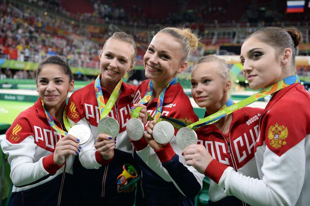 أولمبياد ريو 2016 - الرياضيات الروسيات بعد الفوز بالفضية في مسابقة الجمباز للفرق النسائية، أغسطس/ آب 2016
