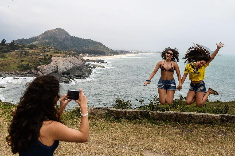 مشجعات رياضة ركوب الدراجات في أولمبياد ريو 2016 يلتقطون صور البرازيل