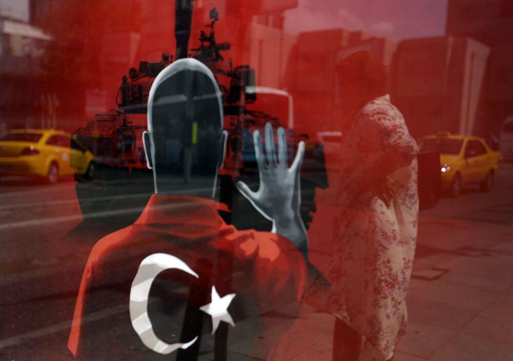 امرأة تنعكس على ملصق لمسيرة مناهضة للاقلاب في ميدان تقسيم في اسطنبول، تركيا 8 أغسطس/ آب 2016