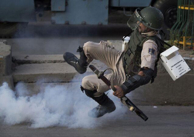 جندي هندي يسقط نتيجة انفجار قنبلة غاز مسيل للدموع في كشمير، 8 أغسطس/ آب 2016
