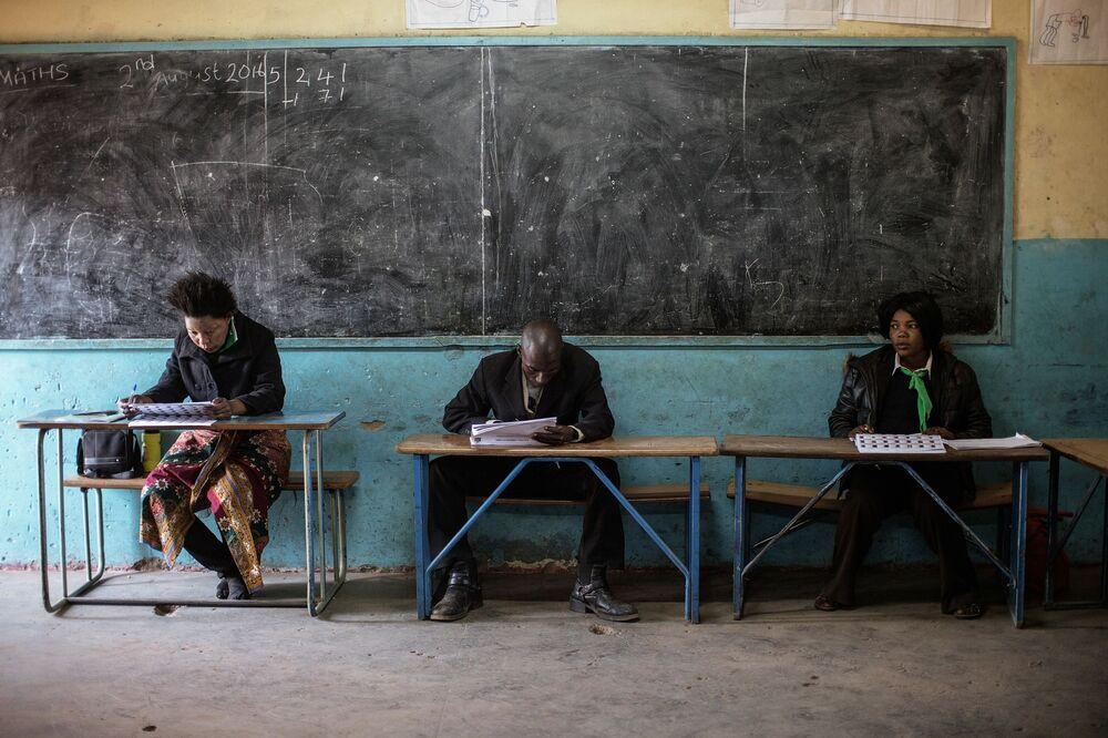 أعضاء أحزاب سياسية يتفقدون دور الناخبين خلال انتخابات زامبيا، 11 أغسطس/ آب 2016