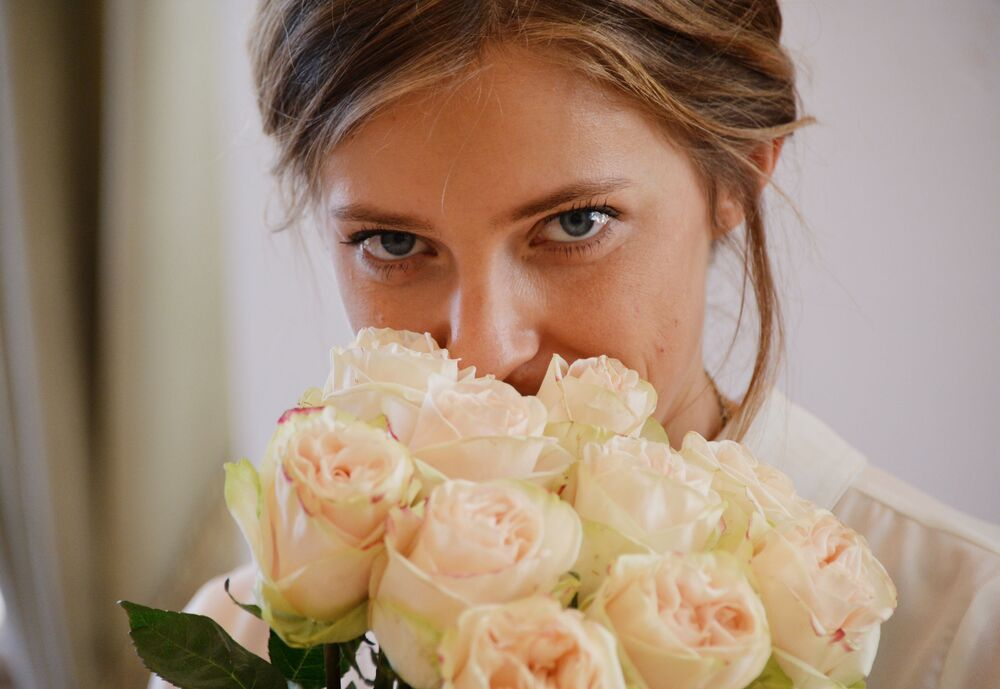 المدعي العام لجمهورية القرم نتاليا بوكلونسكايا وباقة الورد الجوري في مكتبها.