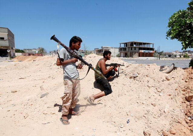 ليبيا - أفراد القوات الليبية خلال تواجدهم في مواقع المواجهة ضد تنظيم داعش في مدينة سرت، 15 أغسطس/ آب 2016