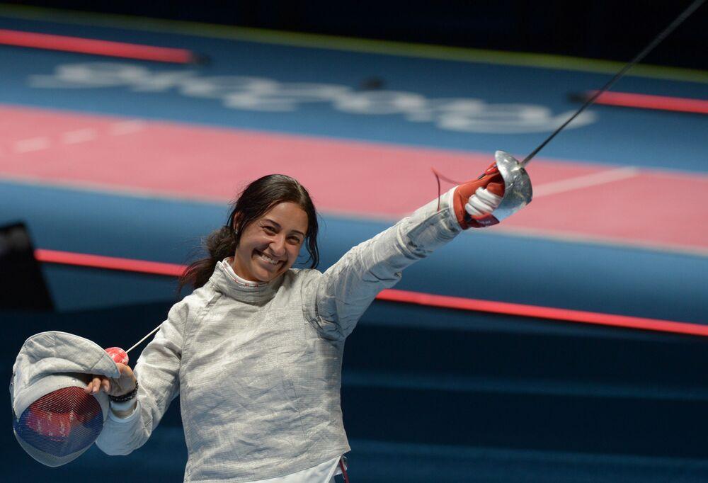 الرياضية الروسية يانا يجغريان بعد الدور نصف النهائي في بطولة المبارزة للنساء ضد فريق الولايات المتحدة في دورة الألعاب الأولمبية الصيفية الحادية والثلاثين