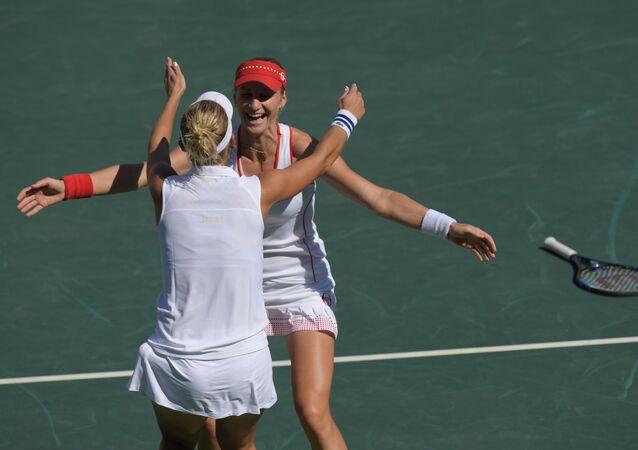 الروسيات إيكاترينا ماكاروفا وإيلينا فيسنينا في بطولة التنس للسيدات في دورة الالعاب الاولمبية الصيفية الحادية والثلاثين