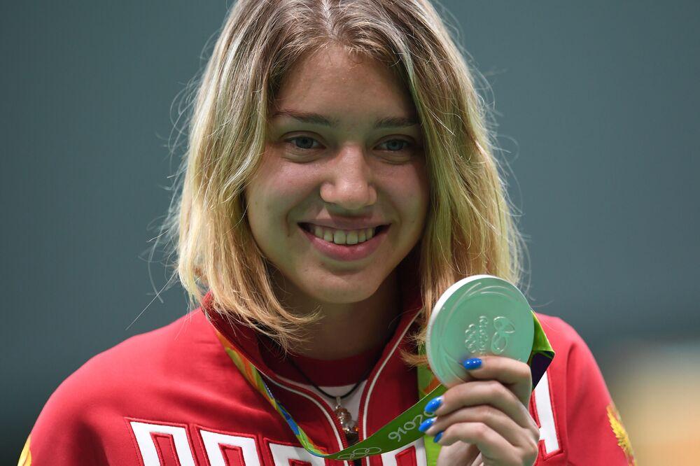الروسية فيتالينا باتساراشكينا الفائزة بالميدالية الفضية في الرماية بمسدس المضغوط  الهواء