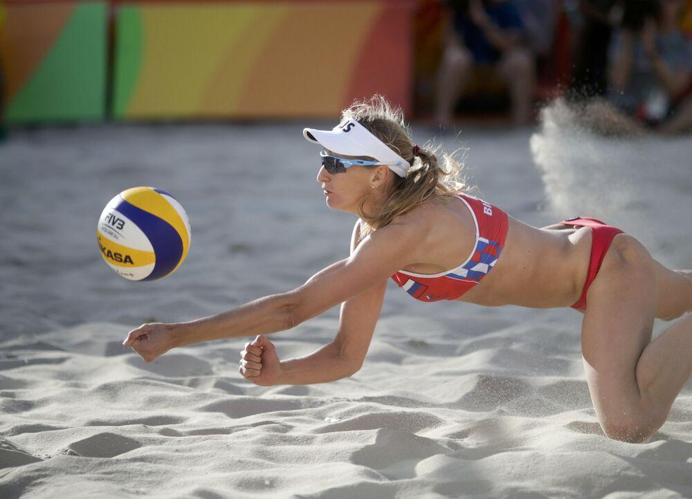 اللاعبة الروسية يكاترينا بيرلوفا خلال بطولة كرة الطائرة الشاطئية في دورة الألعاب الأولمبية الصيفية الحادية والثلاثين